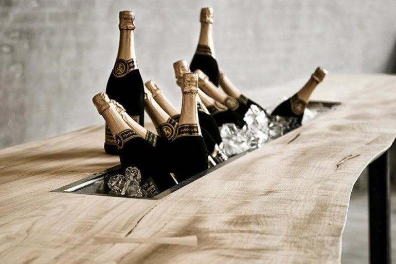 bord med plads til flasker