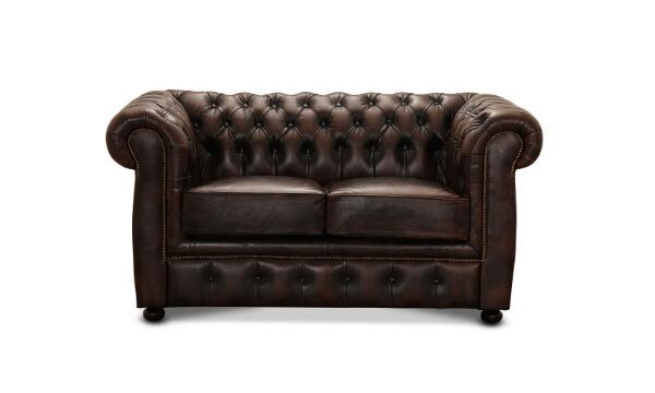 HAGA Liverpool 2 pers. Chesterfield sofa – brunt læder skaber en hyggelig og eksklusiv stemning I rummet