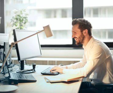Hjørneskrivebord | 8 flotte skriveborde med vinkel til kontoret