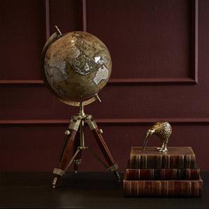 Gammeldags globus på træfod